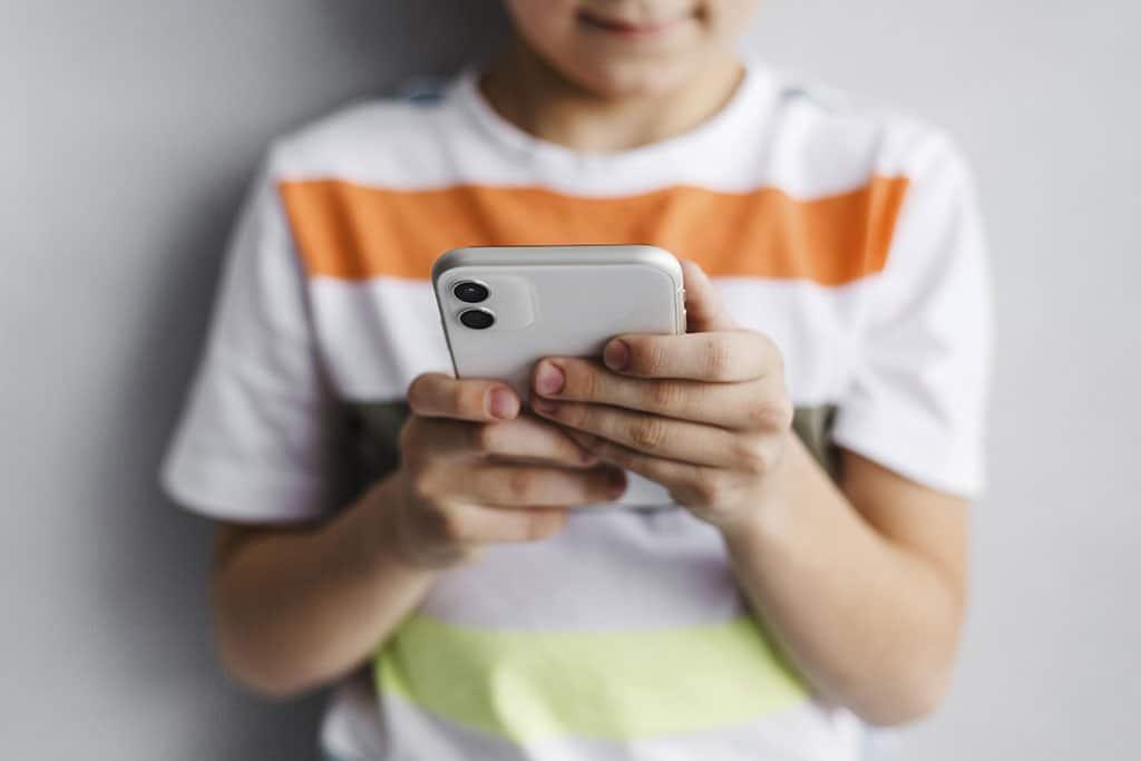 465231 child using mobile phone